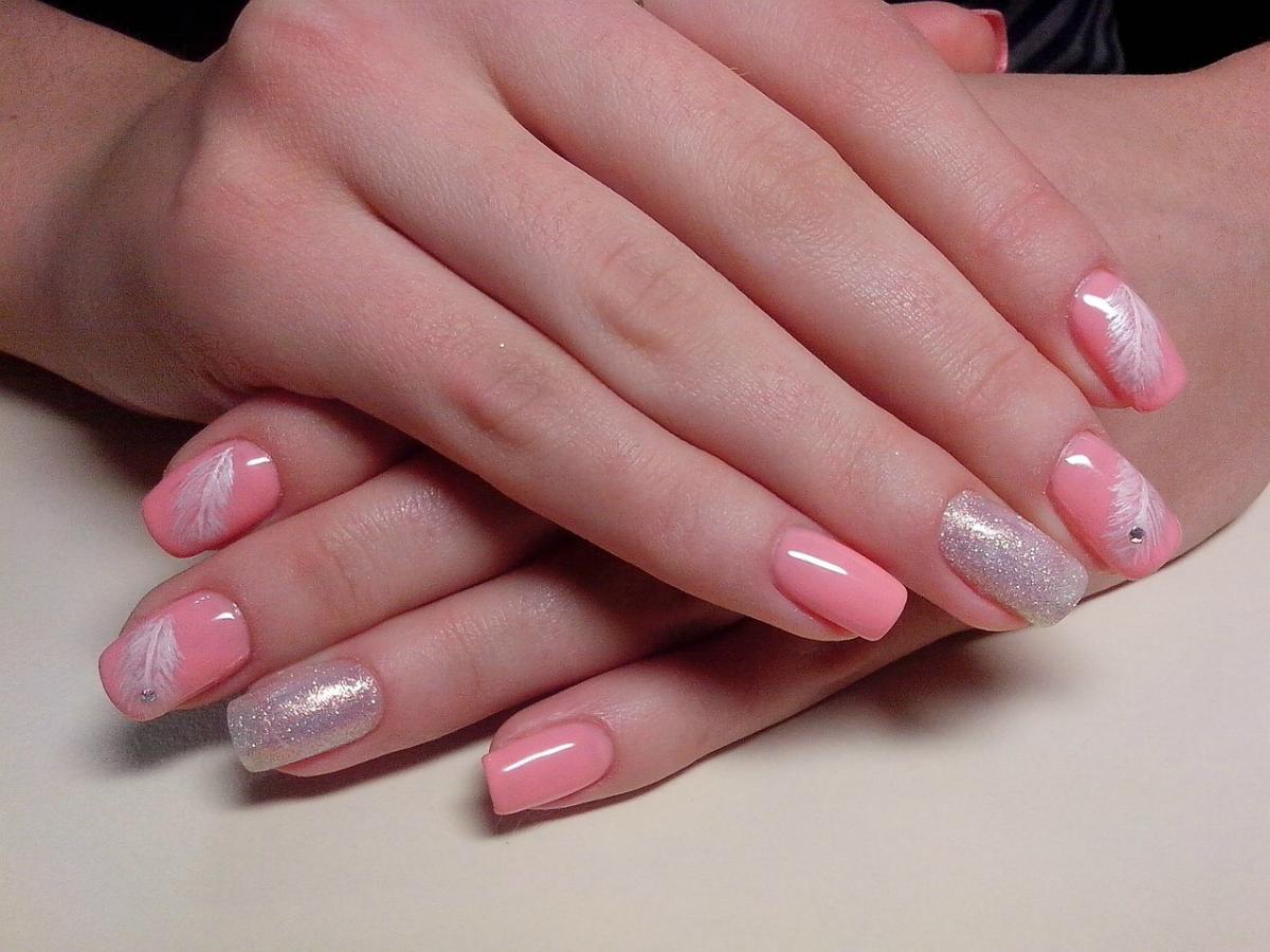 Маникюр из нежно розового лака